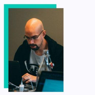Automattic Davor se upoznao sa WordPress-om i web tehnologijama 2013. godine. Gejmer je u duši, a pre WordPress-a, studirao je Italijanski jezik i književnost i radio je u call centru. Učestvovao je mnogo puta na WordCamp-ovima i WordPress meetup-ovima kao volonter, predavač, i organizator, i držao je WordPress radionice uživo i online. Trenutno radi kao Happiness Engineer za kompaniju Automattic, sada vec šestu godinu, gde svakodnevno pruža tehničku podršku WordPress.com korisnicima.